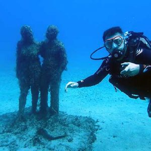 Learning to dive in 1 day to dive the underwater museum​ in Lanzarote